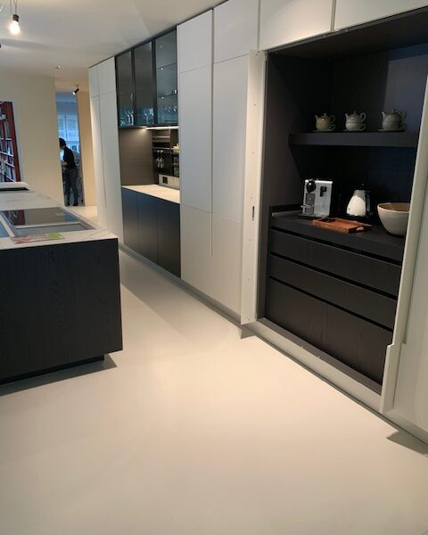 Cementgebonden design gietvloer OFF WHITE renovatie Kapellen