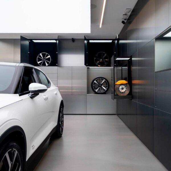 betonlook vloer showroom Polestar Antwerpen