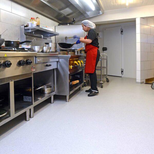 Epoxymortelvloer - plinten keuken restaurant