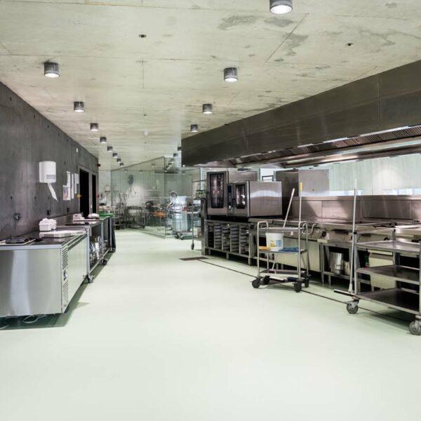 Epoxy gietvloer HACCP, belijning en traptrede Provincie Huis Antwerpen